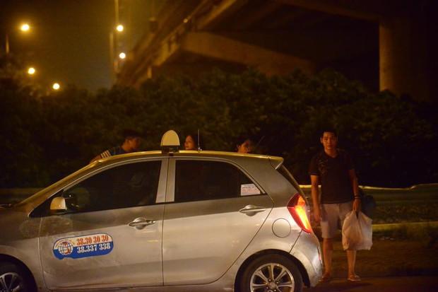 Hà Nội: Vành đai 3 ùn tắc nhiều tiếng đồng hồ, người dân vạ vật ngoài cao tốc bắt xe về quê trong đêm - Ảnh 10.