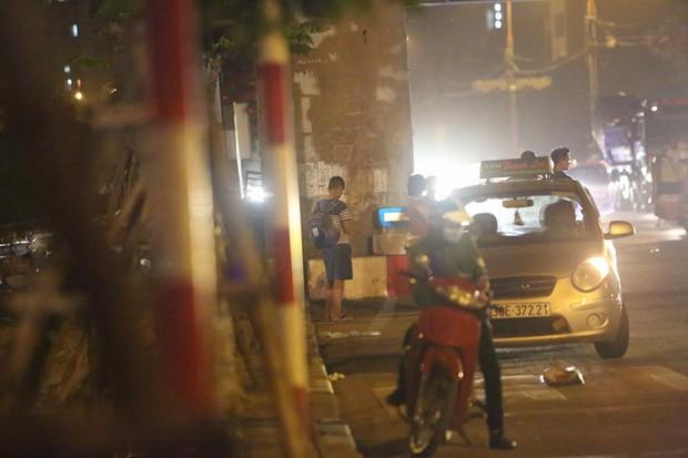 Hà Nội: Vành đai 3 ùn tắc nhiều tiếng đồng hồ, người dân vạ vật ngoài cao tốc bắt xe về quê trong đêm - Ảnh 8.