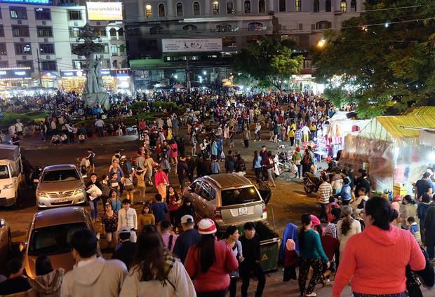Chùm ảnh: Giới trẻ khắp mọi miền háo hức dạo phố đêm Quốc Khánh 2/9 - Ảnh 8.