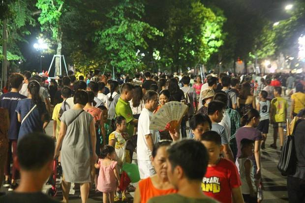 Chùm ảnh: Giới trẻ khắp mọi miền háo hức dạo phố đêm Quốc Khánh 2/9 - Ảnh 2.