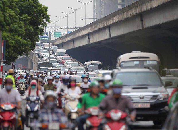Mật độ phương tiện đông đúc tại đường cao tốc Nguyễn Trãi. Ảnh: Phương Thảo