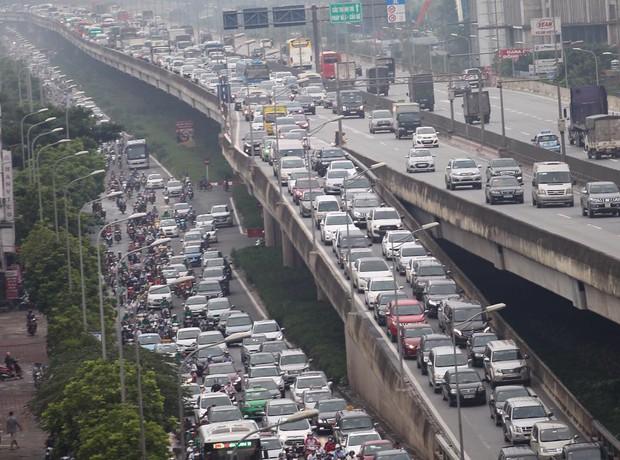 Trên và dưới đường cao tốc đều chật kín xe cộ. Ảnh: Phương Thảo