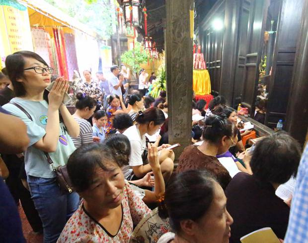 Biển người ngồi dưới lòng đường cầu nguyện trong đại lễ Vu Lan ở chùa Phúc Khánh - Ảnh 2.