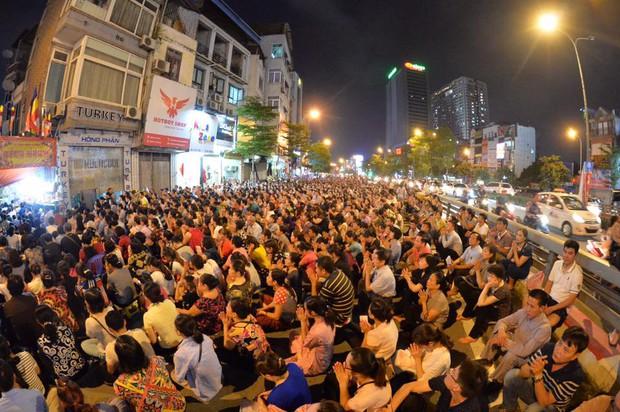 Biển người ngồi dưới lòng đường cầu nguyện trong đại lễ Vu Lan ở chùa Phúc Khánh - Ảnh 4.