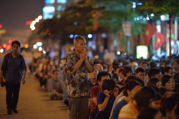 Biển người ngồi dưới lòng đường cầu nguyện trong đại lễ Vu Lan ở chùa Phúc Khánh - Ảnh 8.