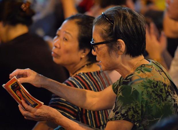 Biển người ngồi dưới lòng đường cầu nguyện trong đại lễ Vu Lan ở chùa Phúc Khánh - Ảnh 10.