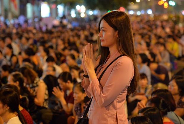 Biển người ngồi dưới lòng đường cầu nguyện trong đại lễ Vu Lan ở chùa Phúc Khánh - Ảnh 11.