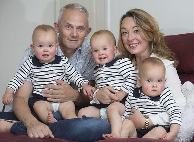 Sinh ba rất hiếm nhưng bà mẹ này còn có 3 con trai vô cùng đặc biệt, 200 triệu ca sinh mới có 1 - Ảnh 1.