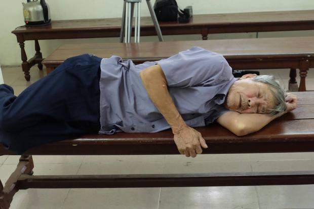 Hà Nội: Cụ ông 79 tuổi hiếp dâm bé gái bị phạt 8 năm tù - Ảnh 1.