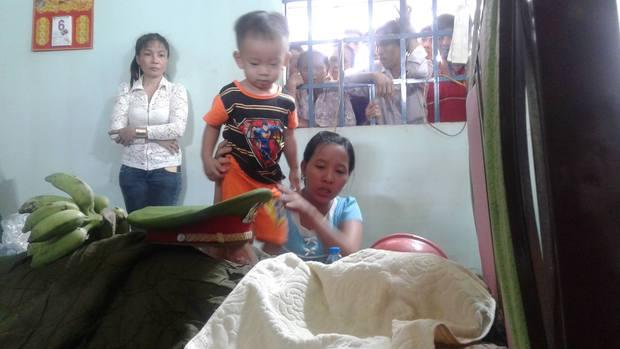 Chiến sĩ PCCC hy sinh khi làm nhiệm vụ ở Sài Gòn: Vợ mang bầu ôm con thơ khóc ngất gọi tên chồng - Ảnh 2.