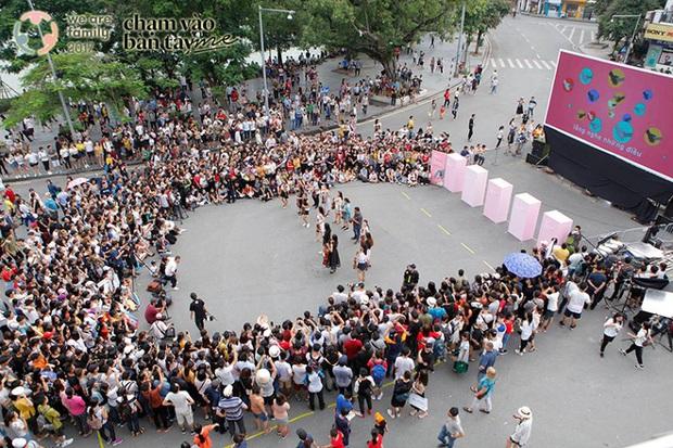 Hàng trăm khán giả hòa giọng hát về mẹ trong sự kiện ý nghĩa ở phố đi bộ Hồ Gươm - Ảnh 2.