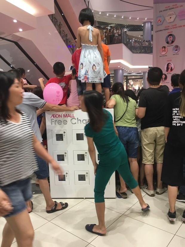 Clip: Bức xúc khi phụ huynh cho các con đứng đè lên tủ sạc điện ở Aeon Mall Long Biên để xem ca sĩ Mỹ Tâm hát - Ảnh 2.