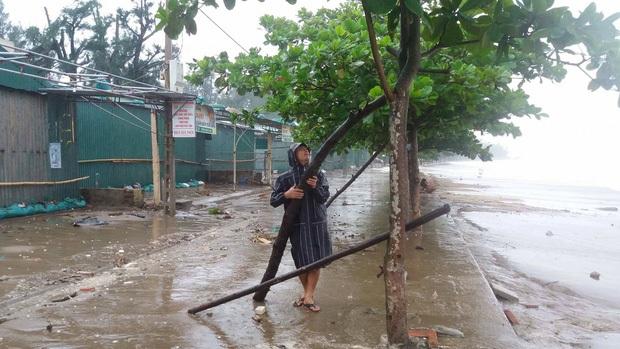 Bão số 10 đổ bộ vào đất liền, vùng tâm bão mưa to, gió giật mạnh - Ảnh 2.