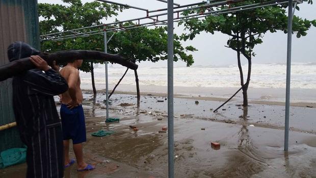 Bão số 10 đổ bộ vào đất liền, vùng tâm bão mưa to, gió giật mạnh - Ảnh 3.