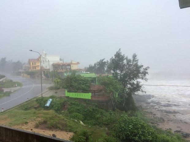 Bão số 10 đổ bộ vào đất liền, vùng tâm bão mưa to, gió giật mạnh - Ảnh 13.