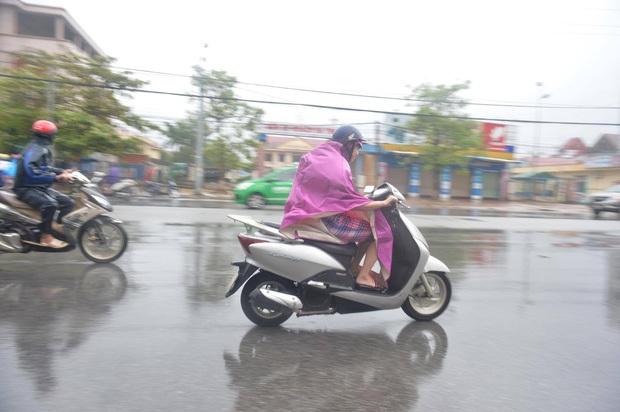 Bão số 10 đổ bộ vào đất liền, vùng tâm bão mưa to, gió giật mạnh - Ảnh 16.