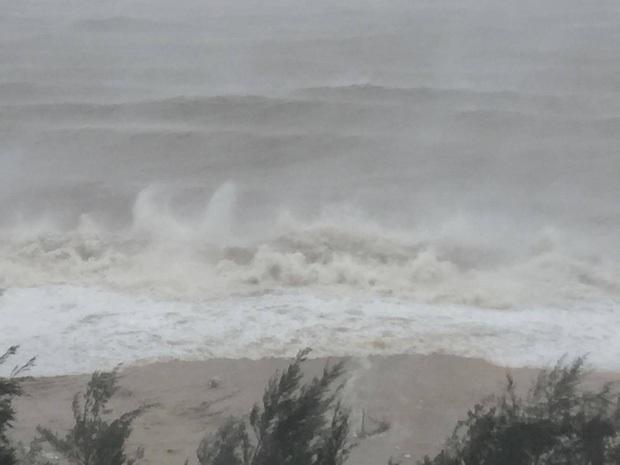 Bão số 10 đổ bộ vào đất liền, vùng tâm bão mưa to, gió giật mạnh - Ảnh 18.