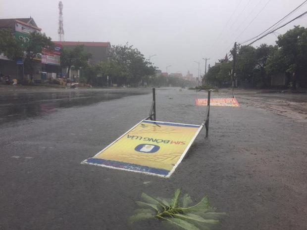 Bão số 10 đổ bộ vào đất liền, vùng tâm bão mưa to, gió giật mạnh - Ảnh 22.