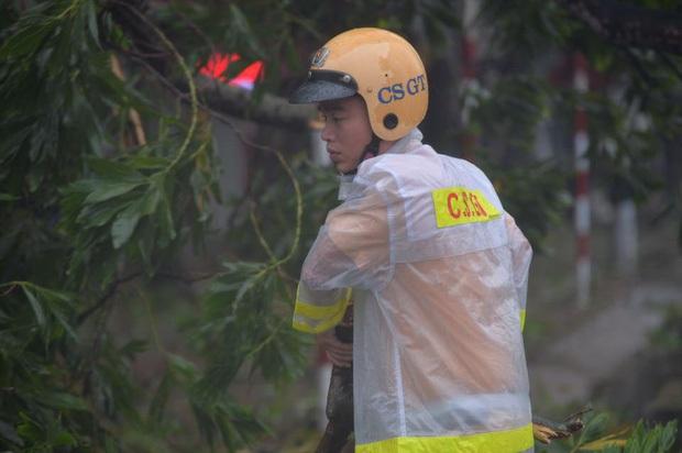 Bão số 10 đổ bộ vào đất liền, vùng tâm bão mưa to, gió giật mạnh - Ảnh 35.