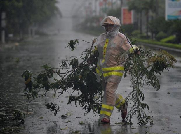 Bão số 10 đổ bộ vào đất liền, vùng tâm bão mưa to, gió giật mạnh - Ảnh 36.