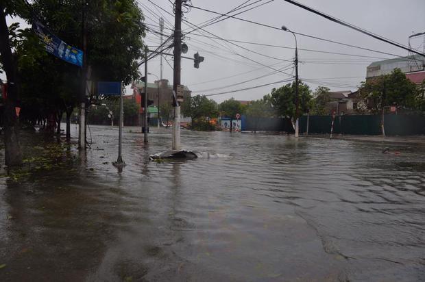 Chùm ảnh: Bão số 10 chưa qua, các tỉnh miền Trung đã tan hoang, ngập lụt - Ảnh 29.