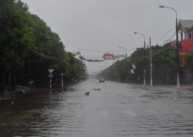 Chùm ảnh: Bão số 10 chưa qua, các tỉnh miền Trung đã tan hoang, ngập lụt - Ảnh 30.