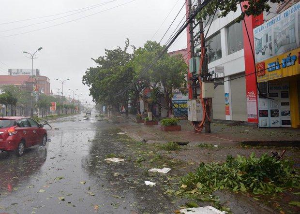 Chùm ảnh: Bão số 10 chưa qua, các tỉnh miền Trung đã tan hoang, ngập lụt - Ảnh 26.
