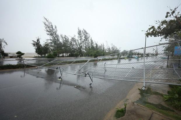 Chùm ảnh: Bão số 10 chưa qua, các tỉnh miền Trung đã tan hoang, ngập lụt - Ảnh 13.