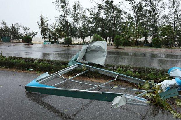 Chùm ảnh: Bão số 10 chưa qua, các tỉnh miền Trung đã tan hoang, ngập lụt - Ảnh 14.