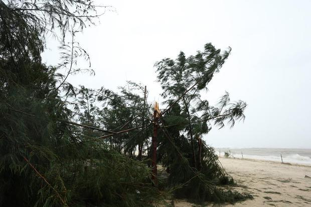 Chùm ảnh: Bão số 10 chưa qua, các tỉnh miền Trung đã tan hoang, ngập lụt - Ảnh 15.