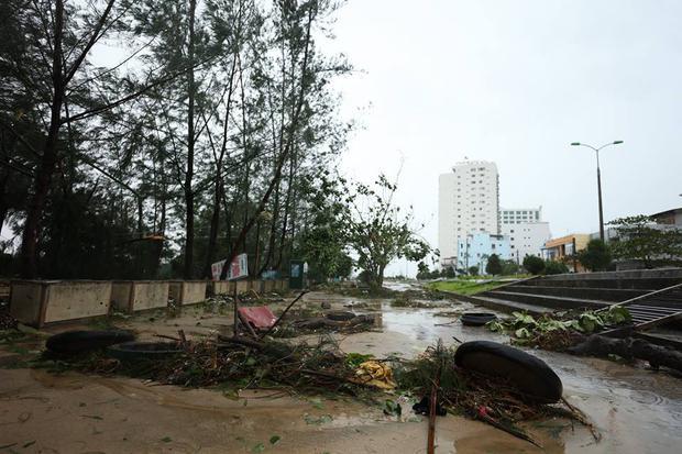 Chùm ảnh: Bão số 10 chưa qua, các tỉnh miền Trung đã tan hoang, ngập lụt - Ảnh 19.