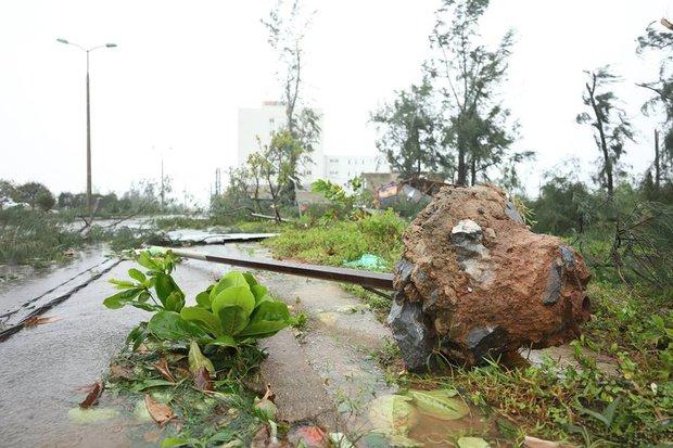 Chùm ảnh: Bão số 10 chưa qua, các tỉnh miền Trung đã tan hoang, ngập lụt - Ảnh 17.