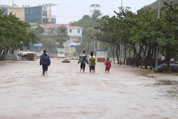 Chùm ảnh: Bão số 10 chưa qua, các tỉnh miền Trung đã tan hoang, ngập lụt - Ảnh 6.