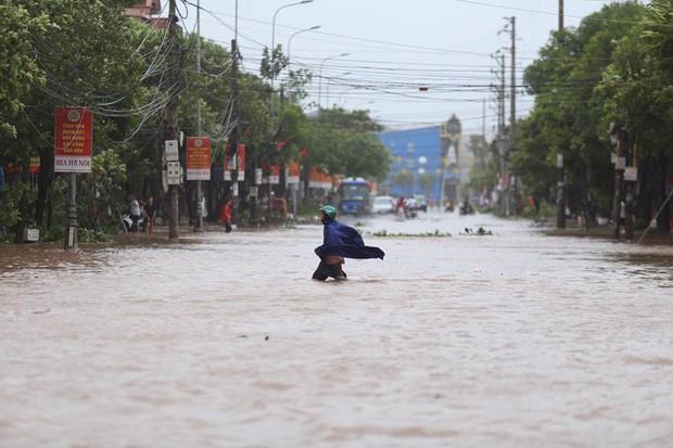 Chùm ảnh: Bão số 10 chưa qua, các tỉnh miền Trung đã tan hoang, ngập lụt - Ảnh 7.