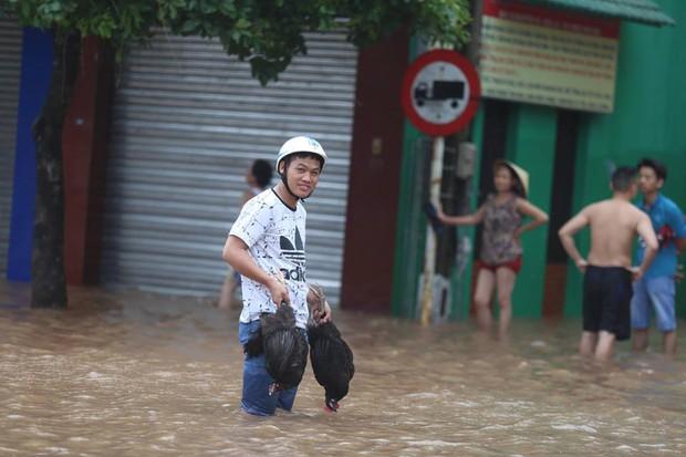 Chùm ảnh: Bão số 10 chưa qua, các tỉnh miền Trung đã tan hoang, ngập lụt - Ảnh 11.
