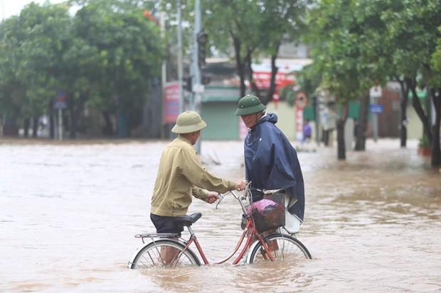 Chùm ảnh: Bão số 10 chưa qua, các tỉnh miền Trung đã tan hoang, ngập lụt - Ảnh 12.