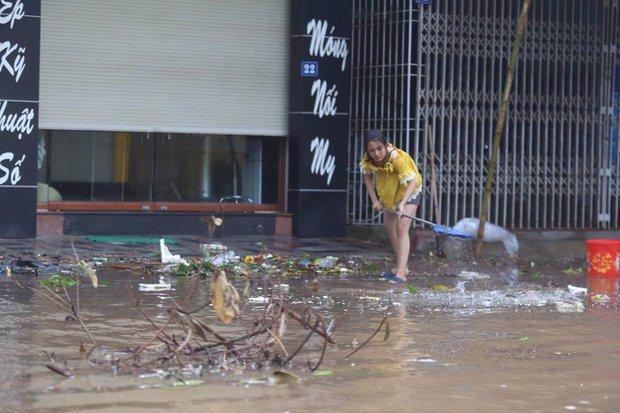 Chùm ảnh: Bão số 10 chưa qua, các tỉnh miền Trung đã tan hoang, ngập lụt - Ảnh 10.