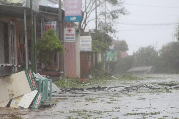 Chùm ảnh: Bão số 10 chưa qua, các tỉnh miền Trung đã tan hoang, ngập lụt - Ảnh 1.