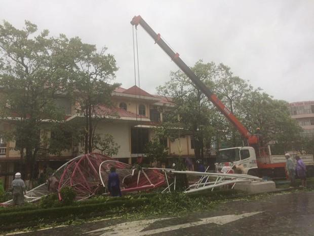 Chùm ảnh: Bão số 10 chưa qua, các tỉnh miền Trung đã tan hoang, ngập lụt - Ảnh 21.