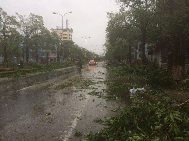 Chùm ảnh: Bão số 10 chưa qua, các tỉnh miền Trung đã tan hoang, ngập lụt - Ảnh 22.