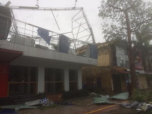 Chùm ảnh: Bão số 10 chưa qua, các tỉnh miền Trung đã tan hoang, ngập lụt - Ảnh 23.
