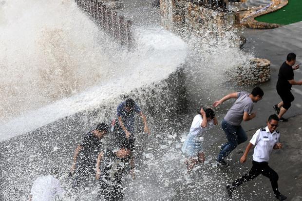Hai cơn bão lớn cùng đổ bộ vào Trung Quốc, hơn 300.000 người dân phải đi sơ tán khẩn cấp - Ảnh 1.