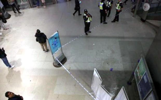 Tấn công bằng acid tại trung tâm mua sắm ở London (Anh) - Ảnh 2.