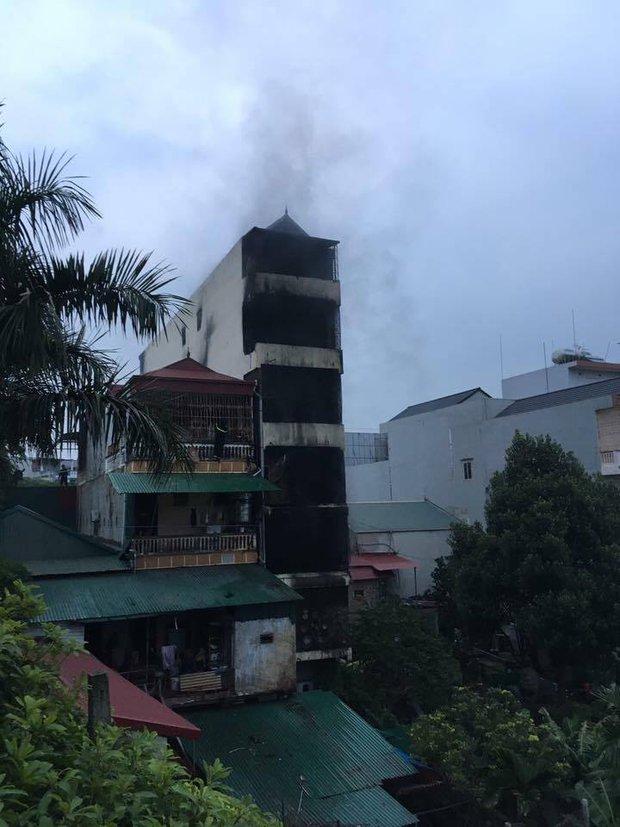 Hà Nội: CSGT trèo tường cứu 5 người trong nhà cháy lớn lúc nửa đêm, 2 con gái chủ nhà tử vong - Ảnh 2.