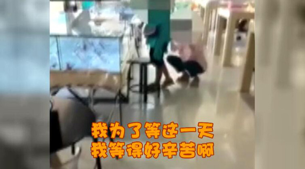 Người phụ nữ 33 tuổi khóc lóc làm loạn cửa hàng điện thoại vì mẹ không đồng ý cho mua iPhone 8 - Ảnh 1.