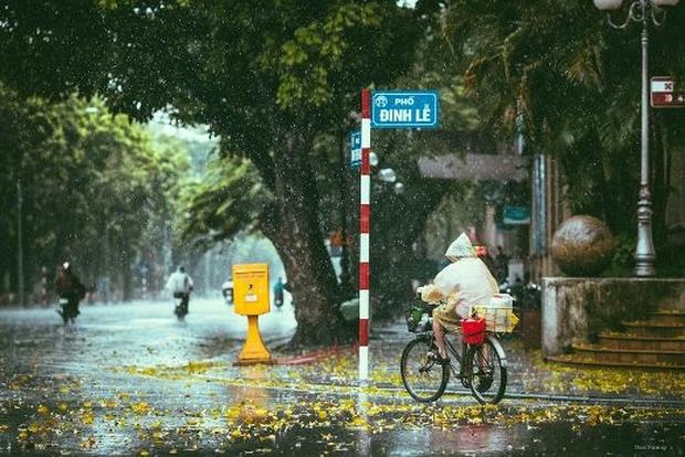 Miền Bắc bước vào đợt mưa Thu đầu tiên trong năm, thời tiết mát mẻ, se lạnh - Ảnh 1.