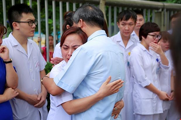 Viện trưởng Viện huyết học truyền máu trung ương nghỉ hưu, hàng trăm y bác sĩ, bệnh nhân xếp hàng chia tay trong nước mắt - Ảnh 7.