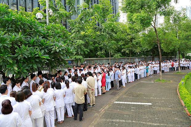 Viện trưởng Viện huyết học truyền máu trung ương nghỉ hưu, hàng trăm y bác sĩ, bệnh nhân xếp hàng chia tay trong nước mắt - Ảnh 4.