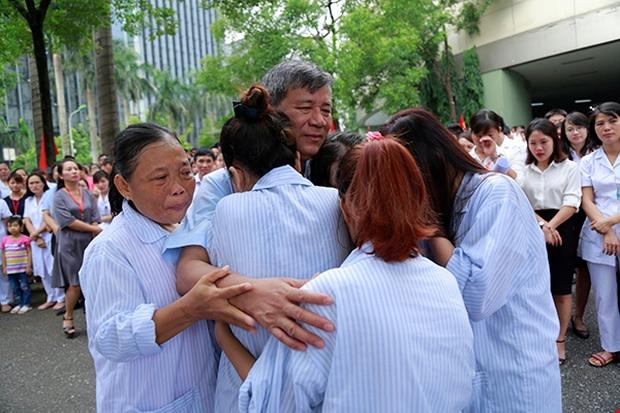 Viện trưởng Viện huyết học truyền máu trung ương nghỉ hưu, hàng trăm y bác sĩ, bệnh nhân xếp hàng chia tay trong nước mắt - Ảnh 8.