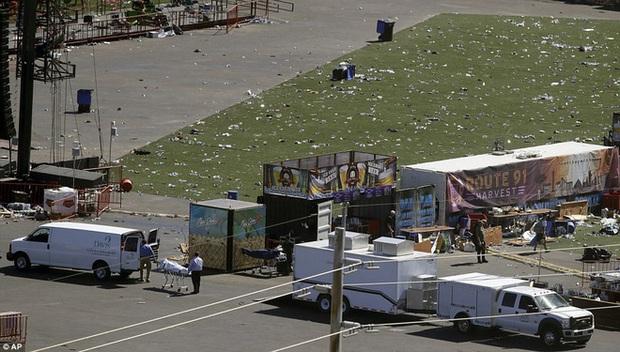 Cảnh tượng đau lòng sau vụ thảm sát đẫm máu nhất nước Mỹ: Túi đựng thi thể chồng chất, máu vương vãi khắp nơi - Ảnh 2.